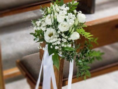 dekoracja-lawki-biale-kwiaty-min